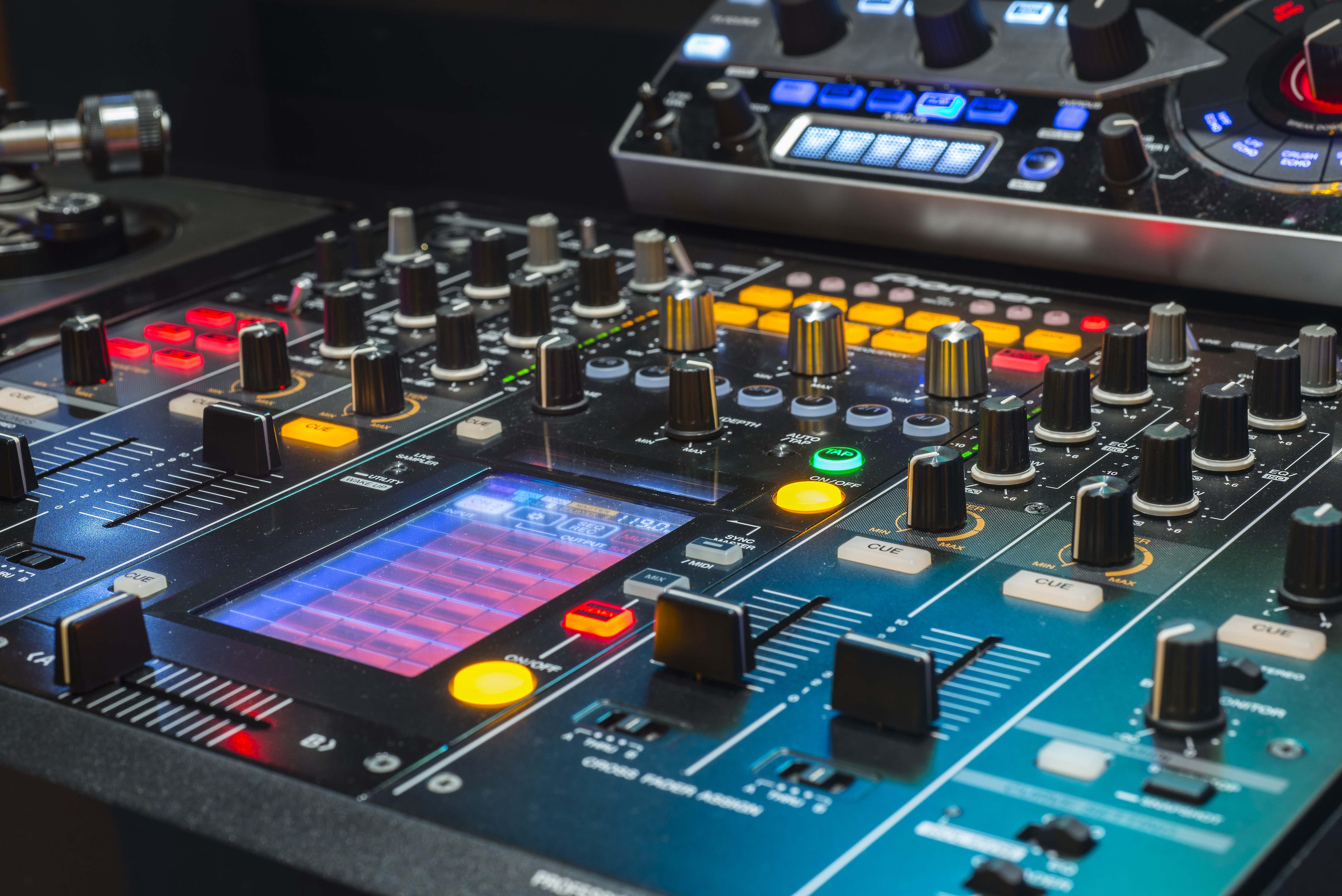 dj olmak için ne yapmak lazım, dj olmak için ilk adımlar, Traktor DJ nasıl kullanılır, Müzik Prodüksiyon Eğitimi, Müzik Prodüksiyon Kursları, Müzik Prodüksiyon Dersleri,